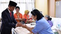 Presiden Joko Widodo saat menjenguk Presiden ke 6 Susilo Bambang Yudhoyono (SBY) yang sedang dirawat di Rumah Sakit Pusat Angkatan Darat (RSPAD) Gatot Soebroto, Jakarta Pusat, (19/7). (Liputan6.com/Pool/Biro Pers Setpres)