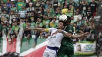 Bek Arema FC, Hamka Hamzah, berebut bola atas dengan bek Persebaya Surabaya, Otavio Dutra, pada laga final Piala Presiden 2019 di Stadion Gelora Bung Tomo, Surabaya, Selasa (9/4). Kedua tim bermain imbang 2-2. (Bola.com/Yoppy Renato)