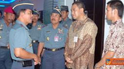 Citizen6, Surabaya: Komandan Koabangdikal Laksda TNI Sadiman berkoordinasi dengan instruktur pelatihan. (Pengirim: Penkobangdikal)