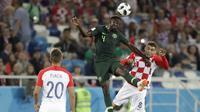 Gelandang Kroasia, Mateo Kovacic, duel udara dengan gelandang Nigeria, Onyinye Ndidi, pada laga Piala Dunia di Stadion Kaliningrad, Rusia, Minggu (17/6/2018). Kroasia menang 2-0 atas Nigeria. (AP/Petr David Josek)