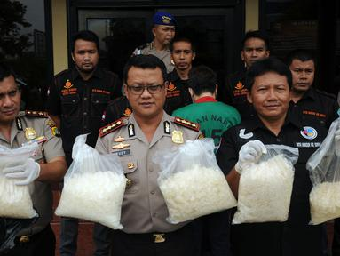 Kapolres Jakarta Barat, Kombes (Pol) Rudy Heriyanto AN (tengah) menunjukan narkotika jenis sabu saat rilis di Jakarta, Rabu (23/3/2016). Sat Narkoba Polres Jakarta Barat mengamankan satu tersangka berikut 16 kg sabu. (Liputan6.com/Helmi Fithriansyah)