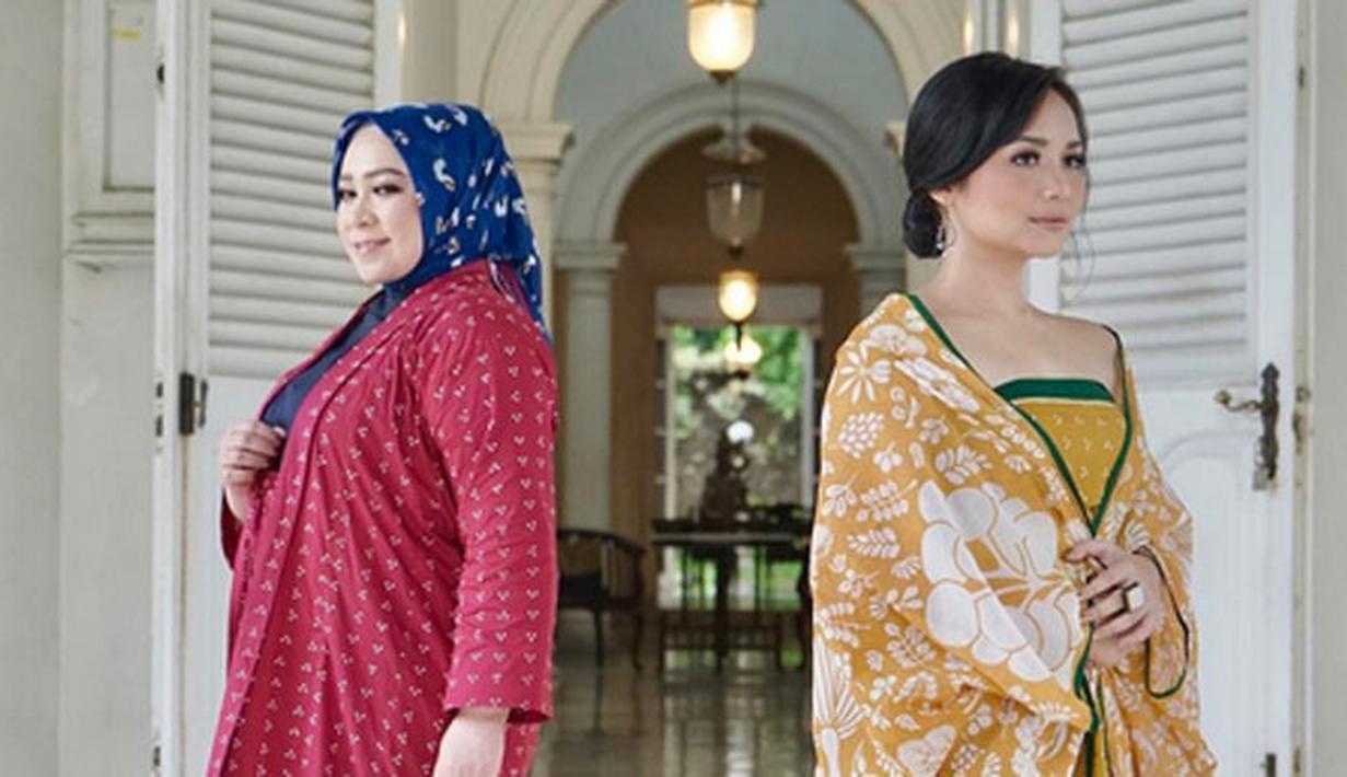 Di era modern seperti sekarang ini, Batik tak hanya dikenakan oleh kalangan dan acara tertentu. Seperti yang dilakukan oleh para artis cantik ini yang kerap tampil dengan Batik Indonesia di berbagai acara. (Instagram/gitagut)