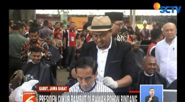 Usai dicukur, Jokowi berjanji akan memberikan perhatian lebih bagi para tukang cukur, khususnya yang berasal dari Garut dan merantau ke seluruh Indonesia.