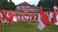 Penampakan ribuan Bendera Merah Putih di halaman Gedung Perundingan Linggarjati Kuningan Jawa Barat. Foto (Liputan6.com / Panji Prayitno)