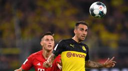 Striker Dortmund, Paco Alcacer, duel udara dengan bek Bayern Munchen, Niklas Sule, pada laga Piala Super DFL di Stadion Signal Iduna, Dortmund, Sabtu (3/8). Dortmund menang 2-0 atas Munchen. (AFP/Ina Fassbender)