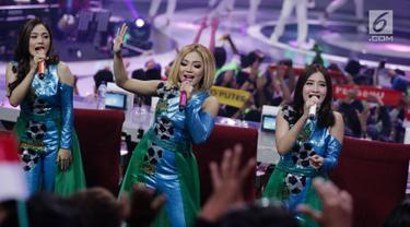 Personel grup dangdut Trio Macan menghibur penonton pada launching Gojek Traveloka Liga 1 2018 di Studio 5 Daan Magot, Jakarta Barat, Senin (19/3). Acara ini dikemas dengan banyak hiburan, termasuk sajian musik dangdut. (Liputan6.com/Faizal Fanani)