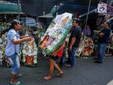 Penjual membawa parsel yang telah selesai dihias untuk dijual dikawasan Cikini, Jakarta, Sabtu (17/6). Satu pekan jelang Idul Fitri 1438 H penjualan parcel mulai mengalami peningkatan. (Liputan6.com/Faizal Fanani)