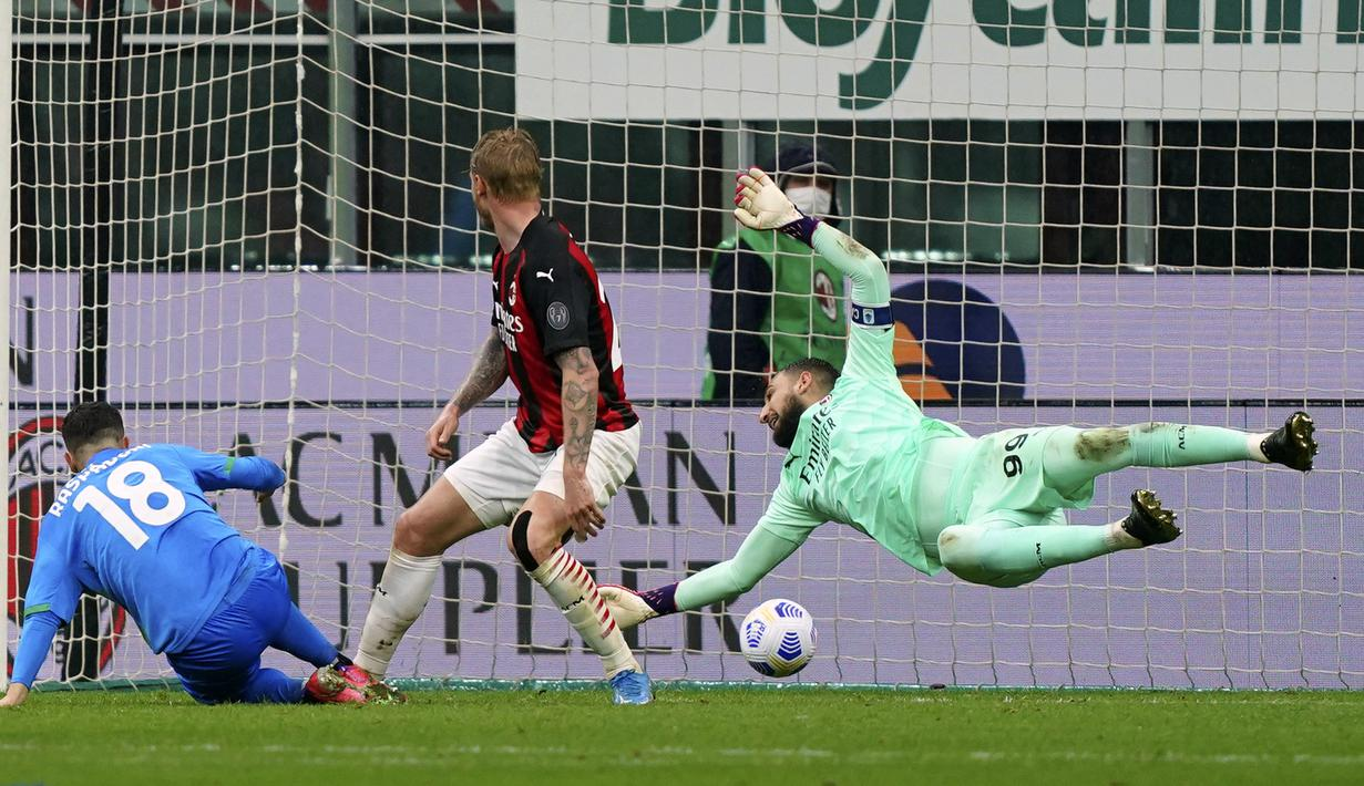 Pemain Sassuolo Giacomo Raspadori (kiri) mencetak gol ke gawang AC Milan pada pertandingan Serie A di Stadion San Siro, Milan, Italia, Rabu (21/4/2021). AC Milan kalah 1-2 dari Sassuolo. (Spada/Lapresse via AP)