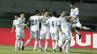 Pemain Uzbekistan merayakan gol ke gawang Bahrain pada laga PSSI Anniversary Cup 2018 di Stadion Pakansari, Senin (30/4/2018). Uzbekistan bermain imbang 3-3 dengan Bahrain. (Bola.com/M Iqbal Ichsan)