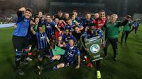 Para pemain Atalanta merayakan keberhasilan lolos ke Liga Champions usai mengalahkan Sassuolo pada laga Serie A di Stadion Mapei, Reggio Emilia, Minggu (26/5). Atalanta menang 3-1 atas Sassuolo. (AP/Paolo Magni)