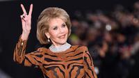 Aktris legendaris, Jane Fonda menunjukkan salam damai (dua jari) saat menjadi model fashion show untuk L'Oreal di Paris Fashion Week, Minggu (1/10). Dengan riasan mata smokey, Jane Fonda terlihat semakin memukau. (CHRISTOPHE SIMON/AFP)
