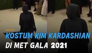 Kim Kardashian kembali jadi sorotan karena kostum 'nyeleneh' yang ia gunakan.