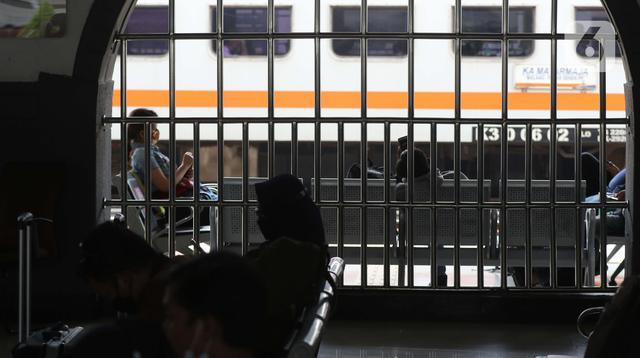 Calon penumpang kereta api jarak jauh menanti waktu keberangkatan di Stasiun Pasar Senen, Jakarta, Sabtu (1/5/2021). Calon penumpang KA Jarak Jauh memilih berangkat lebih awal sebelum jatuh tempo batas pelarangan mudik lebaran 2021 pada 6 hingga 17 Mei 2021, (Liputan6.com/Helmi Fithriansyah)