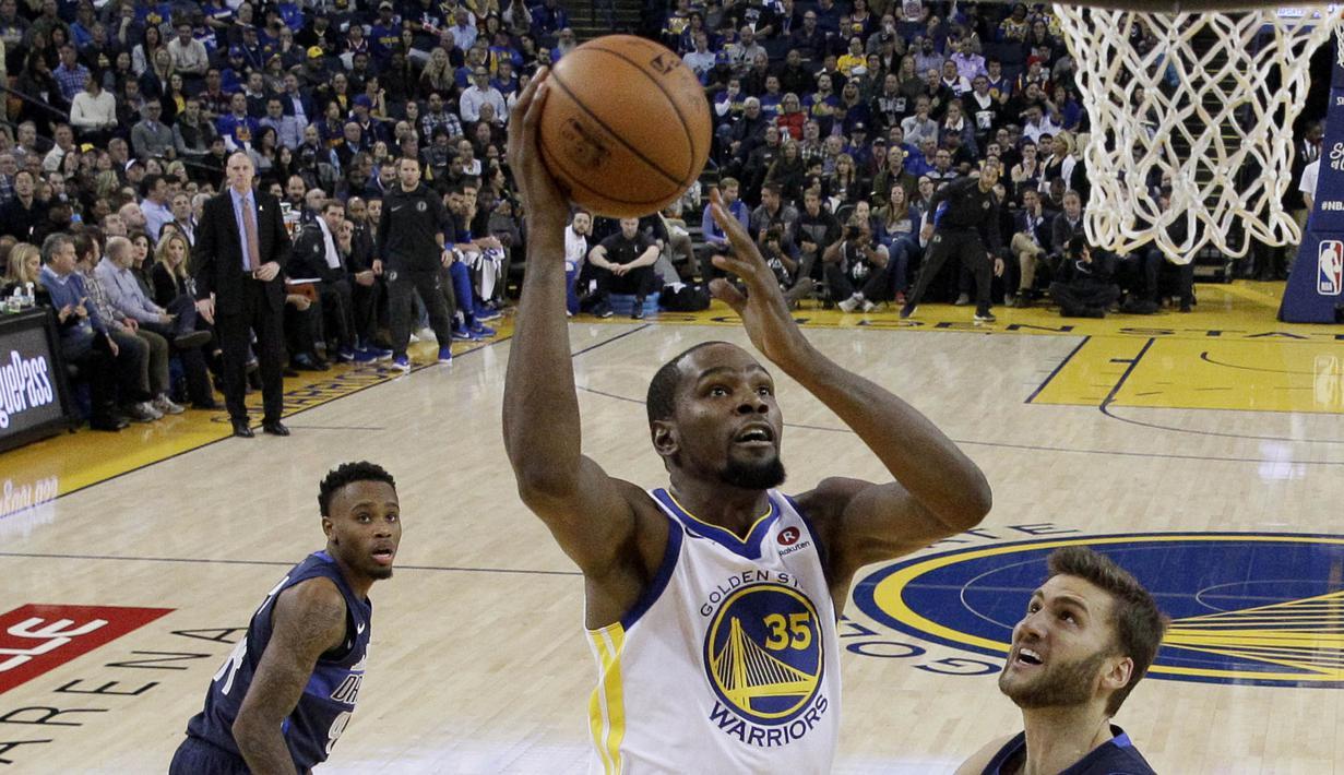 Pebasket Golden State Warriors, Kevin Durant, berusaha memasukan bola saat melawan Dallas Maverick pada laga NBA di Oracle Arena, Oakland, Kamis (14/12/2017). Warriors menang 112-97 atas Mavericks. (AP/Marcio Sanchez)