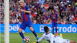 Lionel Messi mengelabui kiper Sampdoria, Emiliano Viviano, saat mencetak gol pada pertandingan Trofeo Joan Gamper 2016 di Camp Nou, Kamis (11/8/2016) dini hari WIB. (AFP/Josep Lago)