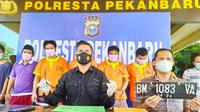 Polisi memperlihatkan barang bukti pencurian sepeda motor yang dilakukan sembilan tersangka di Pekanbaru. (Liputan6.com/M Syukur)
