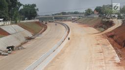 Pemandangan proyek pembangunan Tol Kunciran-Serpong di Jombang, Tangerang Selatan, Banten, Sabtu (24/11). Awalnya, konstruksi Tol Kunciran-Serpong ditargetkan bisa selesai 100 persen pada November 2018. (Liputan6.com/Angga Yuniar)