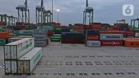 Suasana bongkar muat peti kemas di Pelabuhan Tanjung Priok, Jakarta, Kamis (14/11/2019). Menteri Keuangan Sri Mulyani Indrawati menargetkan pertumbuhan ekonomi Indonesia tahun 2020 mencapai 5,3%. (Liputan6.com/Herman Zakharia)