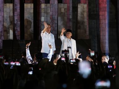 Capres Joko Widodo dan Cawapres Ma'ruf Amin menemui relawan di Tugu Proklamasi, Jakarta, Jumat (21/9). Jokowi dan Ma'aruf Amin Akan menuju ke KPU untuk mengambil nomor urut Pilpres pasangan Capres dan Wapres periode 2019-2024. (Merdek.com/Imam Buhori)