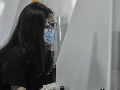 Peserta saat mengikuti Ujian Tulis Berbasis Komputet (UTBK) Seleksi Bersama Masuk Perguruan Tinggi Negeri (SBMPTN) 2021 di Universitas Negeri Jakarta, Senin (12/4/2021). Pelaksanaan UTBK SBMPTN 2021 Gelombang 1 dimulai hari ini hingga 18 April mendatang. (merdeka.com/Iqbal S. Nugroho)