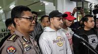 Ekspresi aktor Riza Shahab saat memberi keterangan usai menjalani pemeriksaan oleh BNN di Polda Metro Jaya, Jakarta, Jumat (13/4). Selain Riza, polisi juga menangkap pesinetron Reza Alatas atas kasus serupa. (Liputan6.com/Faizal Fanani)