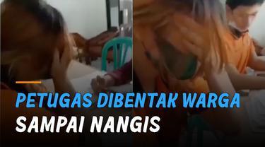 Wanita itu menangis karena dibentak warga yang tidak melengkapi dokumen pelengkap.