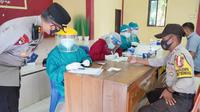 Personil Pam TPS Polres Majene jalani rapid test (Foto: Liputan6.com/Istimewa)