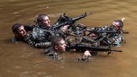 Tentara dari Combat Team Divisi Infanteri 1 Stryker Brigade Angkatan Darat AS menyusuri sungai dalam pelatihan perang hutan di Hawaii, 1 Maret 2017. Tentara Angkatan Darat melakukan kursus pelatihan hutan untuk fokus pada Asia dan Pasifik. (AP/Daniel Lin)