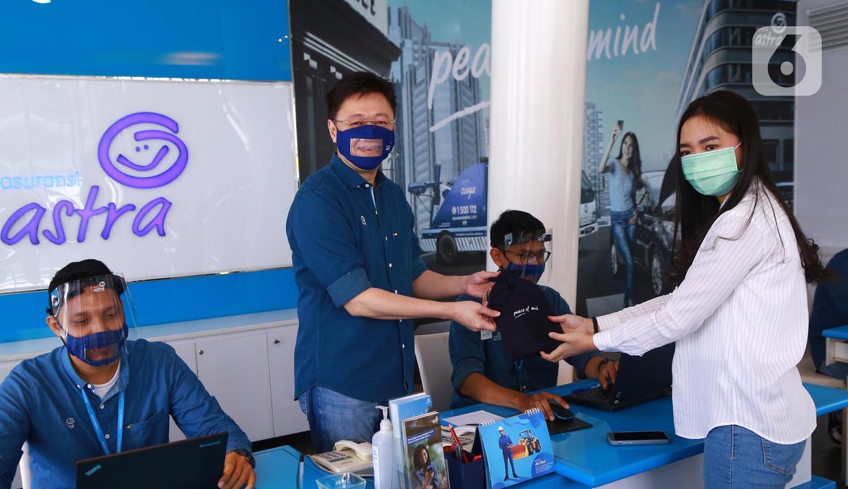 CEO Asuransi Astra, Rudy Chen memberikan bingisan kepada pelanggan pada peringatan Hari Pelanggan Nasional (Harpelnas) di Garda Center TB Simatupang, Jakarta, Jumat (4/9/2020). (Liputan6.com/HO/Eko)