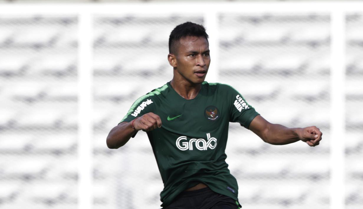 Striker Timnas Indonesia U-23, Osvaldo Haay, saat melawan Semen Padang pada laga ujicoba di Stadion Madya, Jakarta, Selasa (12/3). Keduanya bermain imbang 2-2. (Bola.com/Vitalis Yogi Trisna)