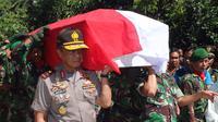 Kapolda Sulsel Irjen Anton Charliyan ikut mengangkat peti anggota TNI korban salah tembak anggota Brimob, Serda Ilman. (Liputan6.com/Eka Hakim)