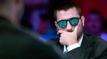 Dario Sammartino, dari Italia, bersaing di meja final selama World Series of Poker di kasino hotel Rio di Las Vegas (14/7/2019). Tabel final Poker Main Event 2019 World Series menyisakan sembilan pemain yang tersisa dalam pertarungan mendapatkan hadiah $ 10 juta. (Steve Marcus/Las Vegas Sun via AP)
