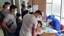 Para pemain mengisi formulir sebelum menjalani pemeriksaan kesehatan di RS Sari Mulia Banjarmasin. (Dokumentasi Barito Putra/Gatot Susetyo)