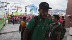 Suporter menyambut kedatangan Pemain Timnas Indonesia, Marinus Wanewar, saat tiba di Stadion MPS, Selangor, Selasa (22/8/2017). Indonesia akan menghadapi Vietnam pada  laga keempat Grup B SEA Games 2017. (Bola.com/Vitalis Yogi Trisna)
