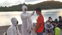 47 TKI sudah diamankan sementara di Pangkalan Armada Zona Maritim Barat Bakamla di Batam. Melalui hasil pendataan diketahui sebagian besar TKI berasal dari Lombok NTB, sebagian kecil berasal dari Aceh dan Cilacap. (Foto:Bakamla RI)