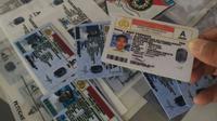 KTP dan SIM palsu selanjutnya dimanfaatkan para penjahat untuk menipu para pemilik mobil rental. (Liputan6.om/Jayadi Supriadin)