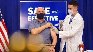Wakil Presiden Amerika Serikat Mike Pence (kiri) menerima suntikan vaksin COVID-19 Pfizer-BioNTech di Gedung Putih, Washington, Jumat (18/12/2020). Mike Pence menjadi pejabat tinggi eksekutif pertama di Gedung Putih yang menerima vaksin COVID-19. (AP Photo/Andrew Harnik)