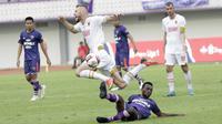 Pemain PSM Makassar, Serif Hasic, terjatuh saat berebut bola dengan pemain Persita Tangerang pada laga Shopee Liga 1 di Stadion Sport Center Tangerang, Jumat, (6/3/2020). Kedua tim bermain imbang 1-1. (Bola.com/M Iqbal Ichsan)