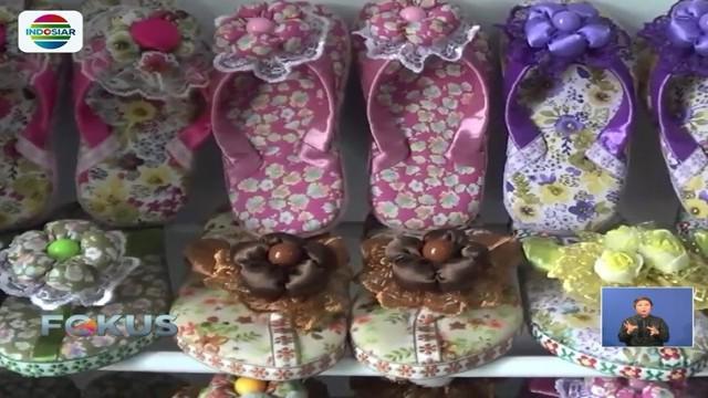 Dibantu anaknya, seorang ibu di Sidoarjo memproduksi kreasi rumahan berupa kerajinan sandal jepit hias. Karya pernah dijual ke luar negeri dan beromzet hingga Rp 10 juta per bulan.