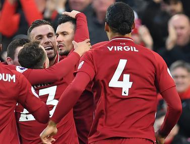 Para pemain Liverpool merayakan gol yang dicetak Dejan Lovren ke gawang Newcastle pada laga Premier League di Stadion Anfield, Liverpool, Rabu (26/12). Liverpool menang 4-0 atas Newcastle. (AFP/Paul Ellis)