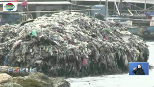 Sampah di Pantai Marunda sudah mulai menggunung. Tidak ada petugas yang membersihkan.