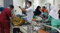 Puluhan kru salah satu perusahaan media televisi terkemuka diduga mengalami keracunan makanan di Bogor, Jawa Barat.