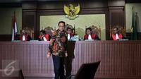 Mantan Ketua DPD Irman Gusman seusai berbincang dengan Hakim Ketua saat menjalani sidang perdana di Pengadilan Tipikor Jakarta, Selasa (8/11). Agenda sidang adalah pembacaan dakwaan oleh jaksa penuntut umum. (Liputan6.com/Johan Tallo)