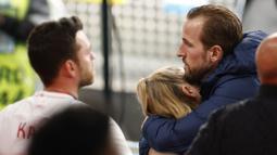 Pemain Inggris Harry Kane memeluk istrinya Katie Goodland atau Kate pada akhir pertandingan final Euro 2020 antara Inggris dan Italia di Stadion Wembley, London, Inggris, Minggu (11/7/2021). Italia mengalahkan Inggris 3-2 dalam adu penalti. (John Sibley/Pool Photo via AP)