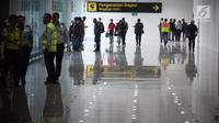 Aktivitas penumpang dan petugas di terminal baru Bandara Internasional Ahmad Yani Semarang, Rabu (6/6). Terminal Baru Bandara Ahmad Yani dibangun oleh PT Angkasa Pura I (Persero) dengan nilai investasi sebesar Rp2,2 triliun. (Liputan6.com/Gholib)