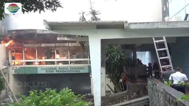 Gedung pascasarjana jurusan Studi Pembangunan Institut Teknologi Bandung terbakar. Api diduga bersumber dari ledakan mesin fotocopy.