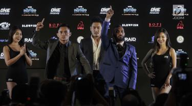 Atlet Martial Art Indonesia Stefer Rahardian dan lawannya Muhammad Imran berpose saat konferensi pers ONE: Kings of Courage di Jakarta, Kamis (18/1). (Liputan6.com/Faizal Fanani)