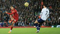 Bek kanan Liverpool Trent Alexander-Arnold menendang bola saat pemain Tottenham Hotspur, Son Heung-min berusaha menghalau tendangannya pada pekan ke-10 Liga Inggris musim 2019/20 di Anfield, Minggu (27/10/2019). Tertinggal di babak pertama, Liverpool menang 2-1. (AP/Jon Super)