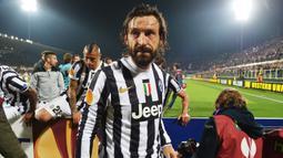 Andrea Pirlo. Ia didatangkan Juventus secara gratis dari Milan pada 2011/2012. Kiper Juventus, Gianluigi Buffon saat itu menanggapi transfer tersebut sebagai transfer terbaik abad ini. Pirlo bertahan selama 4 musim dan bermain dalam 164 laga dengan torehan 19 gol. (Foto: AFP/Vincenzo Pinto)