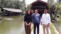 Bumi Sampireun Cikarang menyajikan hidangan Nusantara yang disantap di saung-saung dengan danau-danau buatan di tengahnya (Liputan6.com/Komarudin)